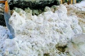 Горы снега на Ждановской улице беспокоят жителей