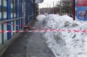 На улице Замшина глыба льда рухнула на 18-летнюю девушку