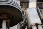 Самосвал, провалившийся на Гороховой, продолжает лежать на боку: Фоторепортаж