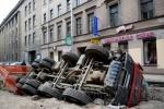 Фоторепортаж: «Самосвал, провалившийся на Гороховой, продолжает лежать на боку»