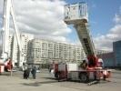 Фоторепортаж: «У гостиницы «Прибалтийская» спасатели разрезали машину у всех на глазах»