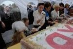 В Купчино на Пасху съели трехтонный кулич (Фото): Фоторепортаж
