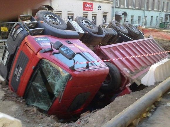 На Гороховой грузовик ушел под землю: Фото