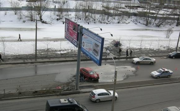 У метро «Приморская» такси врезалось в ограждение: Фото