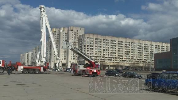 У гостиницы «Прибалтийская» спасатели разрезали машину у всех на глазах: Фото