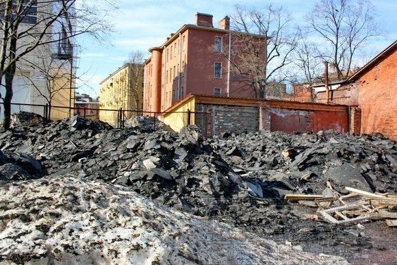 Пустырь на Петроградке превратили в огромную свалку снега и мусора: Фото