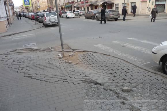 Прохожие на улице Рубинштейна спотыкаются о последствия зимней «показухи»: Фото