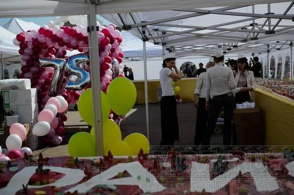 В Купчино на Пасху съели трехтонный кулич (Фото): Фото