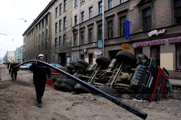 Самосвал, провалившийся на Гороховой, продолжает лежать на боку: Фото