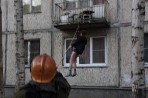 На Энергетиков спасатели снимают с балкона мужчину
