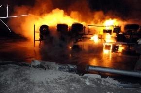 Бензовоз врезался в столб: пострадали трое, сгорели 14 автомобилей