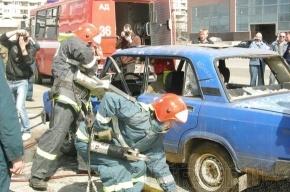 У гостиницы «Прибалтийская» спасатели разрезали машину у всех на глазах