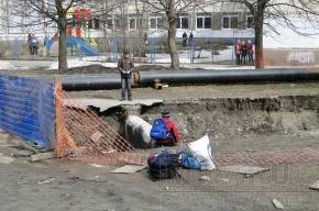 На Светлановском проспекте дети гуляют по опасным трубам