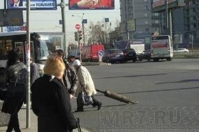 Потерянный глушитель на дороге никто, кроме бабушки, не уберет