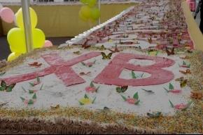 В Купчино на Пасху съели трехтонный кулич (Фото)