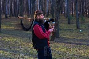 В Удельном парке мужчина играет на волынке