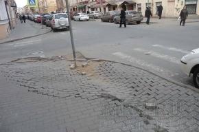 Прохожие на улице Рубинштейна спотыкаются о последствия зимней «показухи»