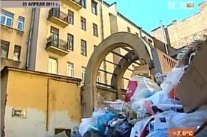 С Кронверкского проспекта вывозят гору мусора