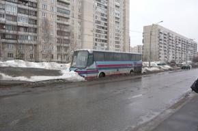 Никому не нужный автобус мешает убрать снег на улице Репищева