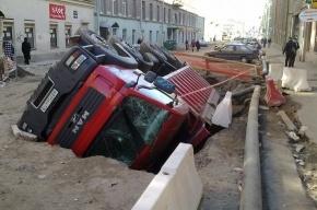 На Гороховой грузовик ушел под землю