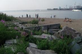На Васильевском острове рядом с «диким» пляжем лежат старинные надгробия