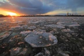МЧС Петербурга просит горожан не выходить на лед