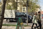 Гулять по Петропавловке мешают иномарки: Фоторепортаж