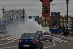Чадящий автокран покрыл туманом Стрелку: Фоторепортаж