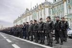 На Дворцовой площади прошел развод милицейских нарядов: Фоторепортаж