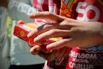 Фоторепортаж: «На Невском меняли сигареты на конфеты»
