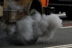 Фоторепортаж: «Чадящий автокран покрыл туманом Стрелку»