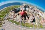 Экстремалы прыгали с крыши 100-метрового небоскреба в Петербурге: Фоторепортаж