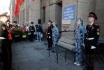 Петербуржцы возложили цветы к мемориальной доске на Невском, 14: Фоторепортаж