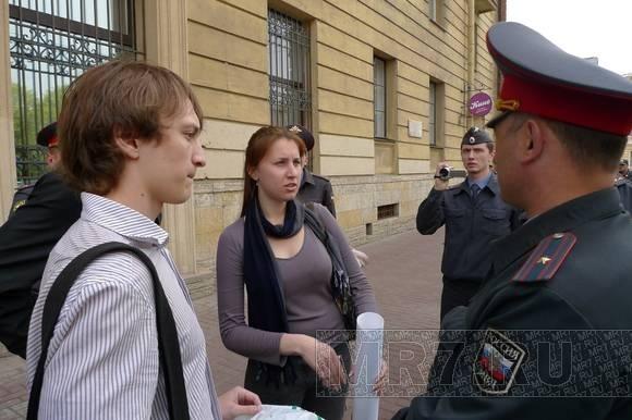 Акция у белорусского консульства закончилась задержанием оппозиционера-«яблочника»: Фото