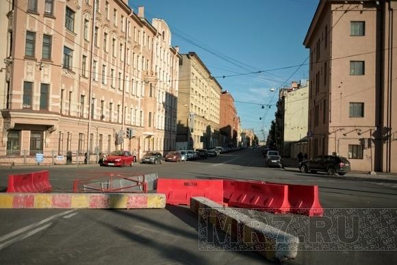 Скоро ПМЭФ: на Уральской укладывают асфальт: Фото