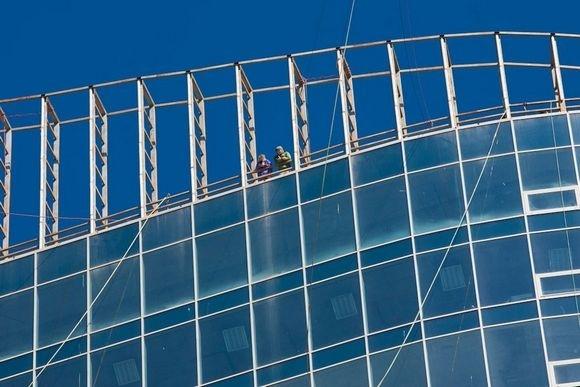 Экстремалы прыгали с крыши 100-метрового небоскреба в Петербурге: Фото
