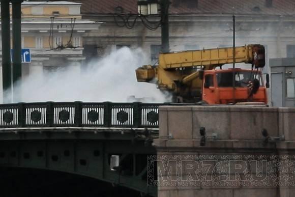 Чадящий автокран покрыл туманом Стрелку: Фото