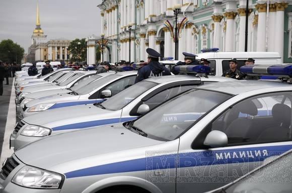 На Дворцовой площади прошел развод милицейских нарядов: Фото