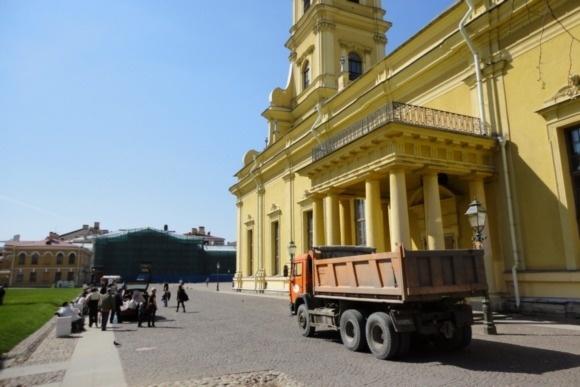 Гулять по Петропавловке мешают иномарки: Фото