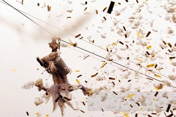 Дворцовая площадь покрылась крыльями ангелов: фоторепортаж с Дня города: Фото