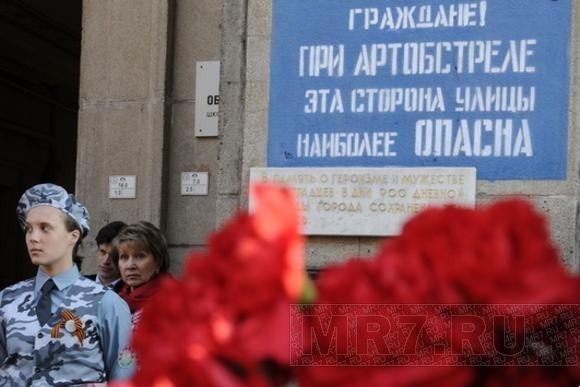 Петербуржцы возложили цветы к мемориальной доске на Невском, 14: Фото
