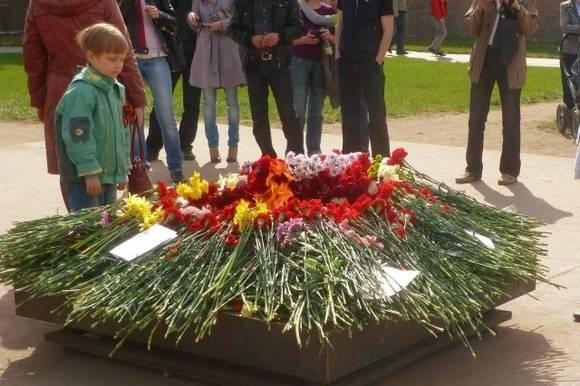 Дети возложили цветы к Вечному огню на Марсовом поле: Фото