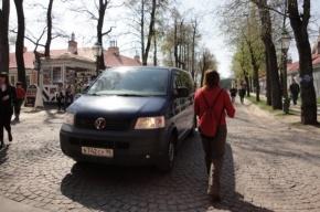 Гулять по Петропавловке мешают иномарки