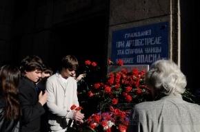 Петербуржцы возложили цветы к мемориальной доске на Невском, 14