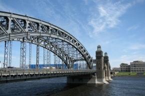 На мосту Петра Великого сужена проезжая часть
