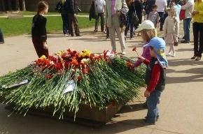Дети возложили цветы к Вечному огню на Марсовом поле