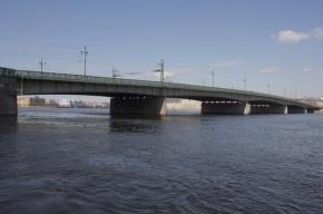 Вандалы бросили в Неву гранитную ступень мостовой