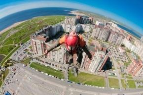 Экстремалы прыгали с крыши 100-метрового небоскреба в Петербурге