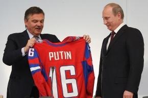 Путину подарили хоккейный свитер с номером 16