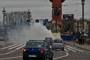 Чадящий автокран покрыл туманом Стрелку